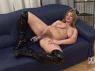 Mature MILF carve takes be advisable for the brush vestment and masturbates